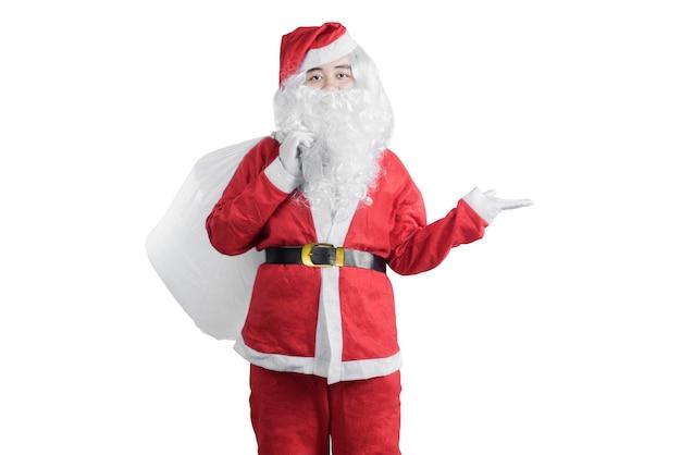 Homme asiatique en costume de santa avec une main ouverte portant un sac-cadeau isolé sur fond blanc