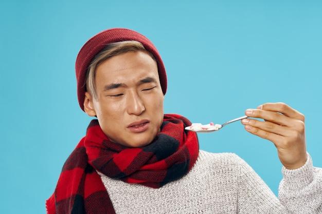 Homme asiatique dans des vêtements d'hiver chauds ne veut pas manger
