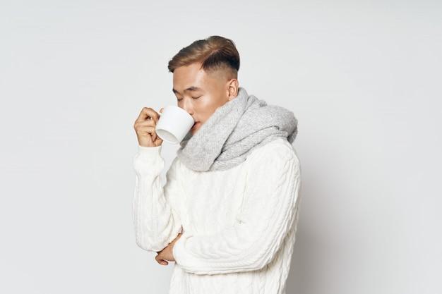 Homme asiatique dans des vêtements d'hiver chauds posant