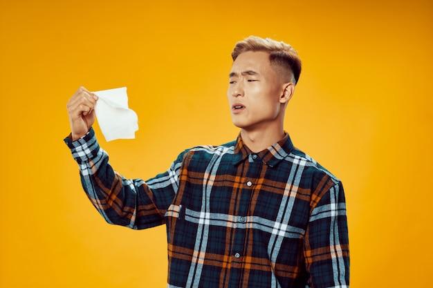 Homme asiatique dans des vêtements d'hiver chauds