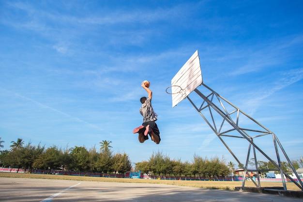 Homme asiatique dunk