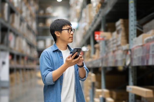 Homme asiatique à l'entrepôt