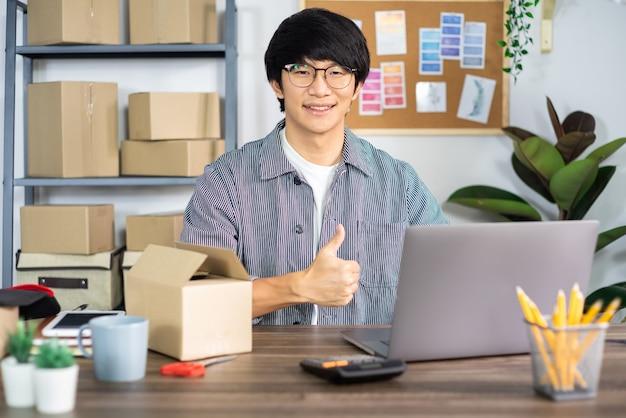 Homme asiatique entrepreneur démarrage petite entreprise entrepreneur pme indépendant homme travaillant