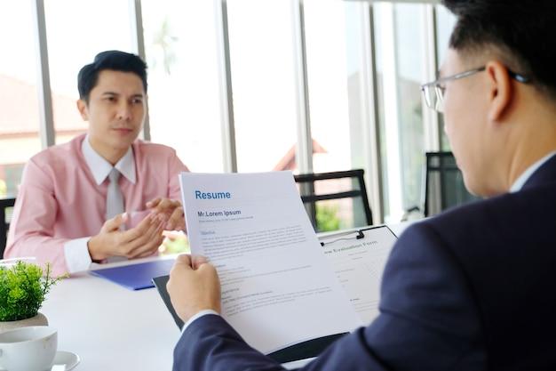 Homme asiatique en entretien d'embauche au fond du bureau, recherche d'emploi, concept d'entreprise