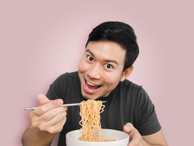 L'homme asiatique est surpris par la délicieuse nouille instantanée.