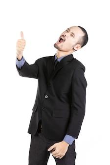 Homme asiatique excité vêtu de tenues de cérémonie donnant le pouce levé.