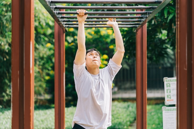 Homme asiatique exerçant dans le parc
