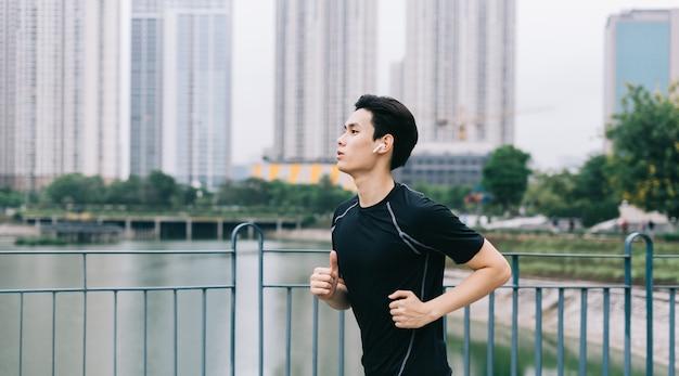 Homme asiatique fait du jogging dans le parc