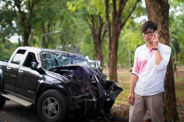 Homme asiatique gueule de bois et obtenir un accident de voiture