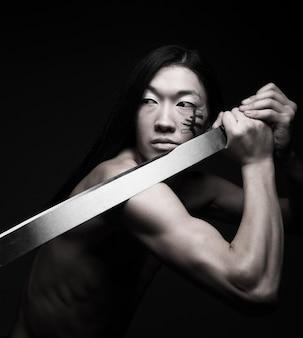 Homme asiatique avec katana