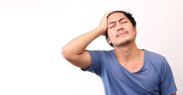 Homme asiatique avec un mal de tête sur fond blanc.