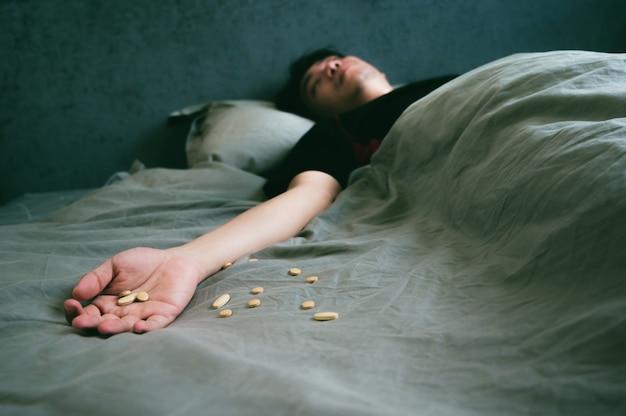Homme asiatique malade choqué et inconscient d'une surdose de drogue