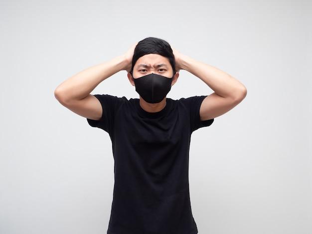 Homme asiatique avec masque de tension et toucher sa tête sur fond blanc