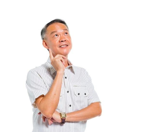 Homme asiatique mature et joyeux pensant