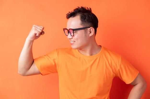 Homme asiatique montrant ses muscles