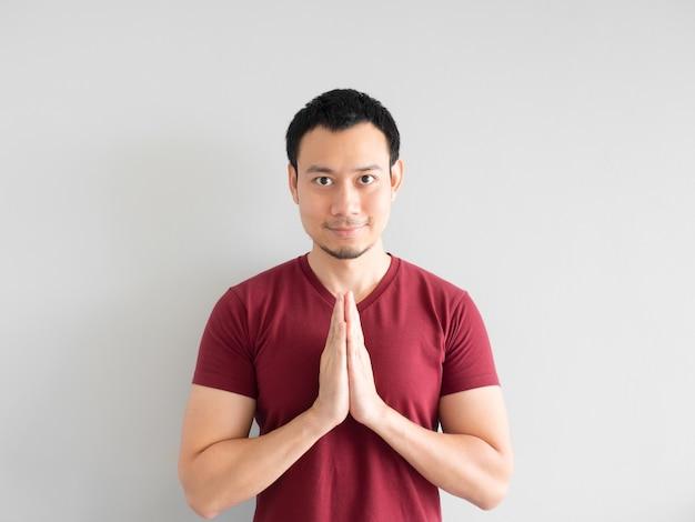 Homme asiatique payant le respect ou implorant le pardon.