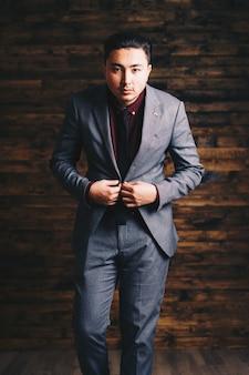 Homme asiatique, porter, costume