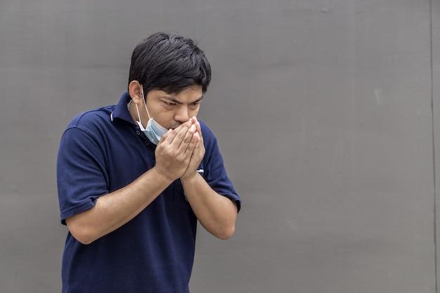 Homme asiatique, porter, masque bouche, contre, pollution atmosphérique