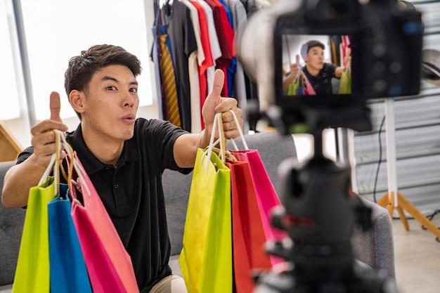 Homme asiatique présente un produit sur le marché en ligne