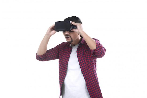 Homme asiatique en regardant un film sur le casque de réalité virtuelle