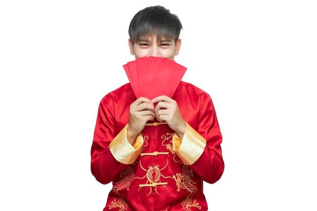 Homme asiatique en robe à col mandarin tenant un paquet d'enveloppe rouge. concept du nouvel an chinois.