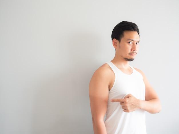 Homme asiatique se bronzer sur le bras.