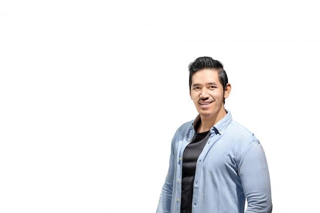Homme asiatique souriant