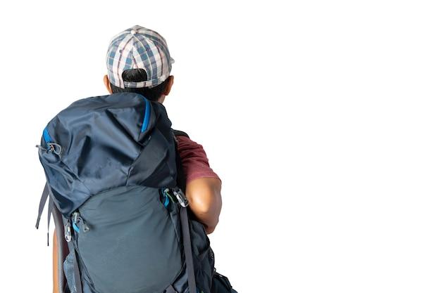 Homme asiatique en t-shirt décontracté portant et casquette avec sac à dos prêt à voyager pour ses vacances isolé sur fond bleu avec espace copie. chemins de détourage.