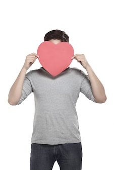 Homme asiatique tenant coeur rouge