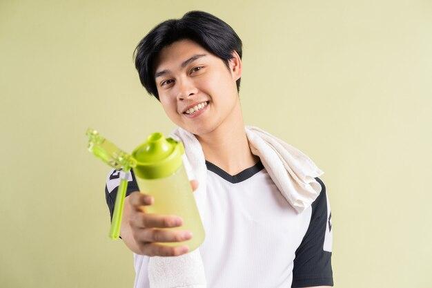 Homme asiatique tenant de l'eau dans la main