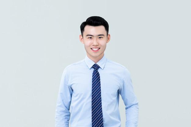 Homme asiatique en tenue professionnelle et souriant