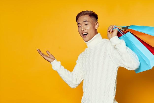 Homme asiatique, tenue, sacs provisions