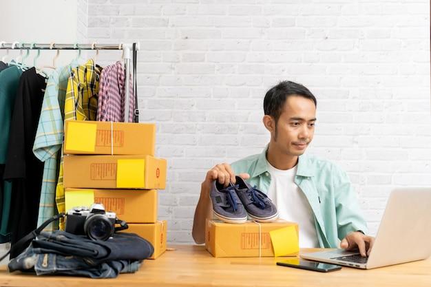 Homme asiatique travaillant au bureau à domicile