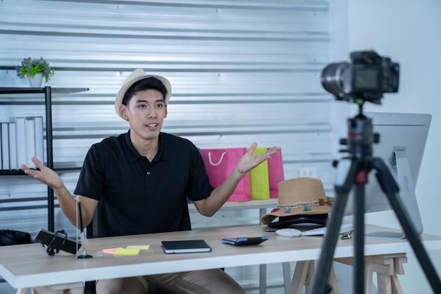 Homme asiatique travaillant à domicile