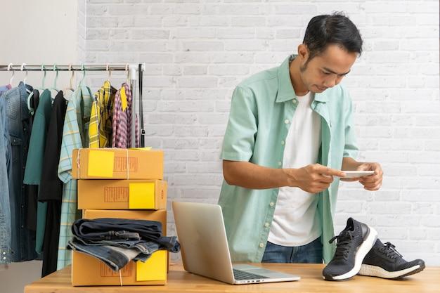 Homme asiatique, travailler, prendre photo, à, chaussures, à, téléphone intelligent