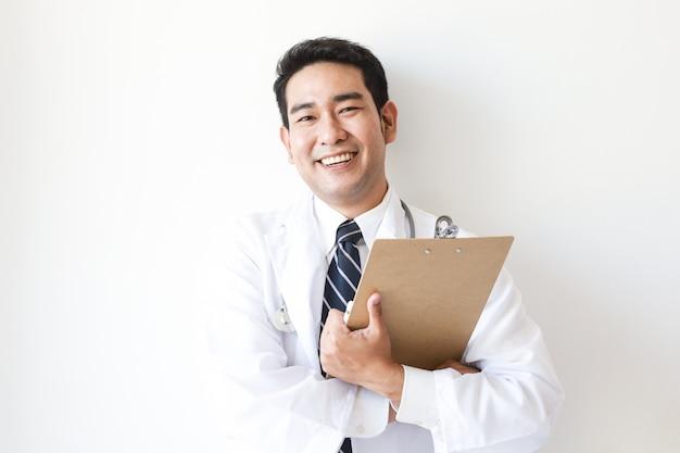 Homme asiatique en uniforme de médecin à l'hôpital