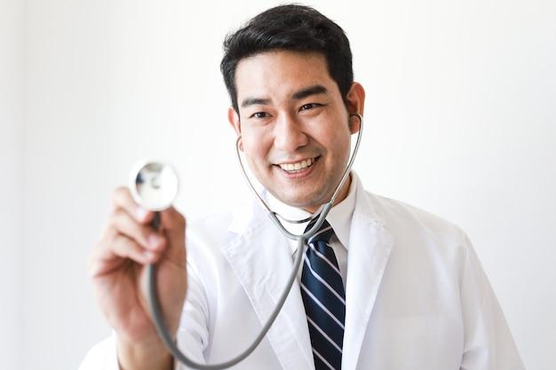 Homme asiatique en uniforme de médecin avec stéthoscope