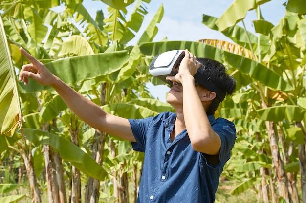 Homme asiatique utilisant le casque de réalité virtuelle