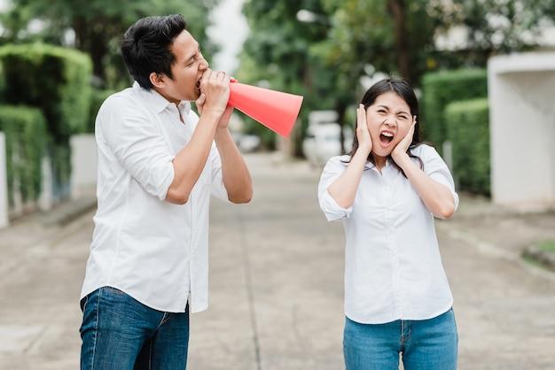 Homme asiatique, utilisation, mégaphone, criant