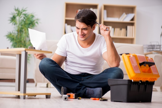 Homme assemblant une étagère à la maison