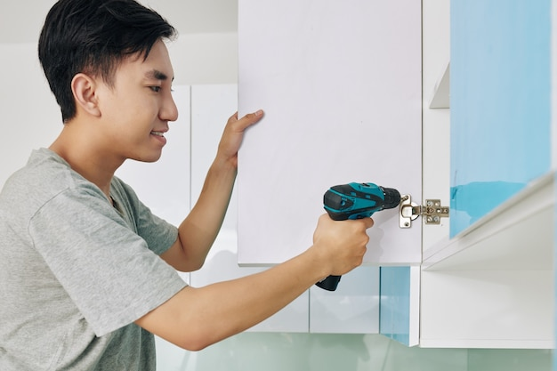 Homme, assembler, armoire cuisine