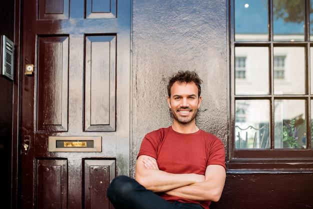 Homme assis sur un banc sur un beau fond marron