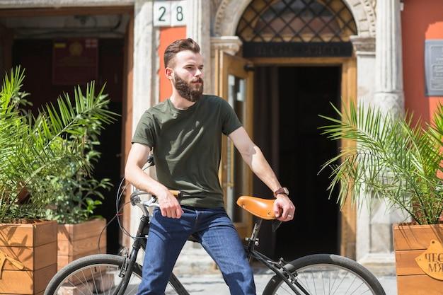 Homme assis sur bicyclette