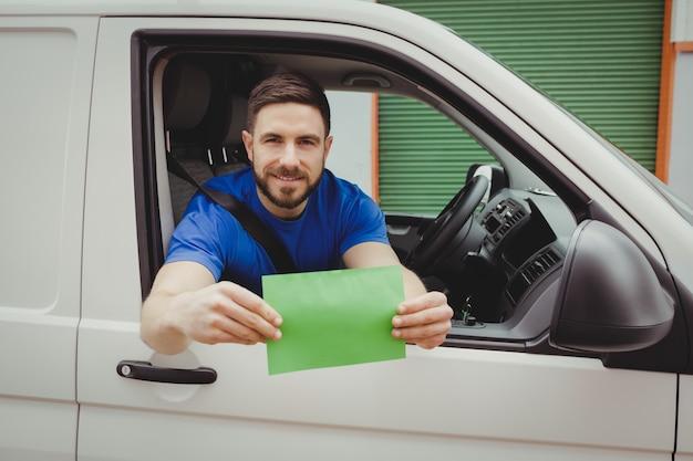 Homme assis dans sa camionnette en regardant par la fenêtre