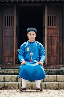 Homme assis devant le temple