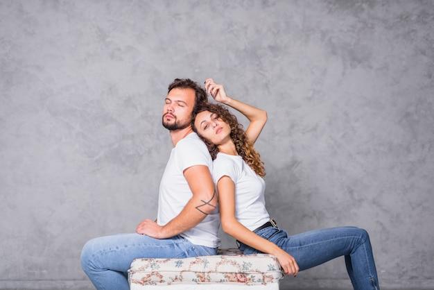 Homme assis dos à dos de femme