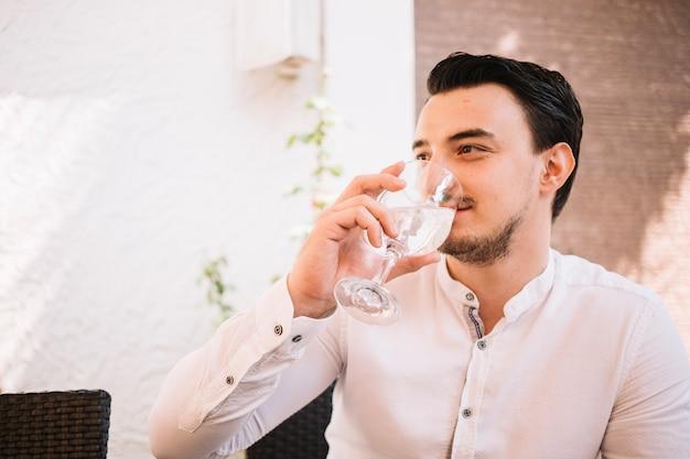 Homme assis, eau potable