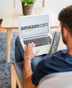 Homme assis avec ordinateur portable et envoi