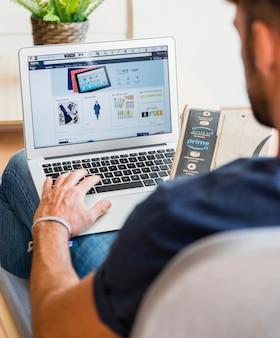 Homme assis avec ordinateur portable et livraison