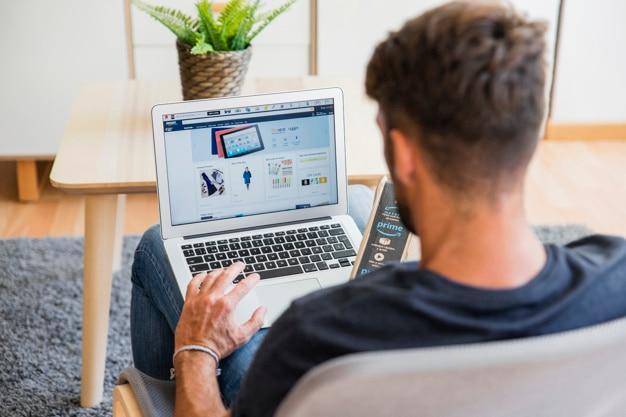Homme assis avec un ordinateur portable